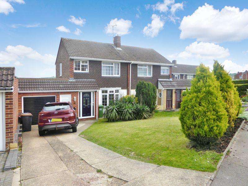 3 Bedrooms Semi Detached House for sale in Canesworde Road, Dunstable