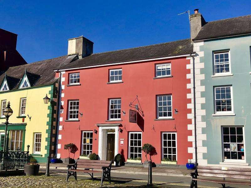 7 Bedrooms Town House for sale in Market Square, Llandovery, Carmarthenshire.