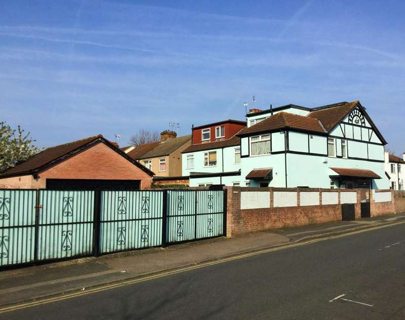 4 Bedrooms Detached House for sale in 138-140 Station Lane, Hornchurch, Essex