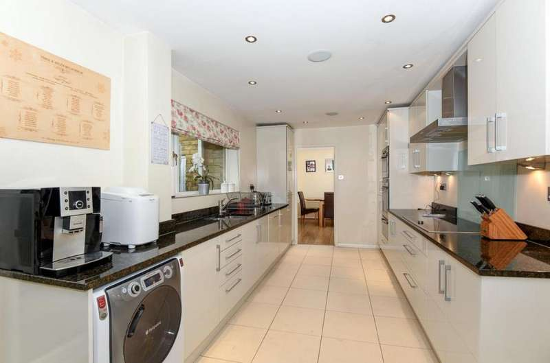 4 Bedrooms Detached House for sale in Heathermount Drive, Crowthorne, RG45