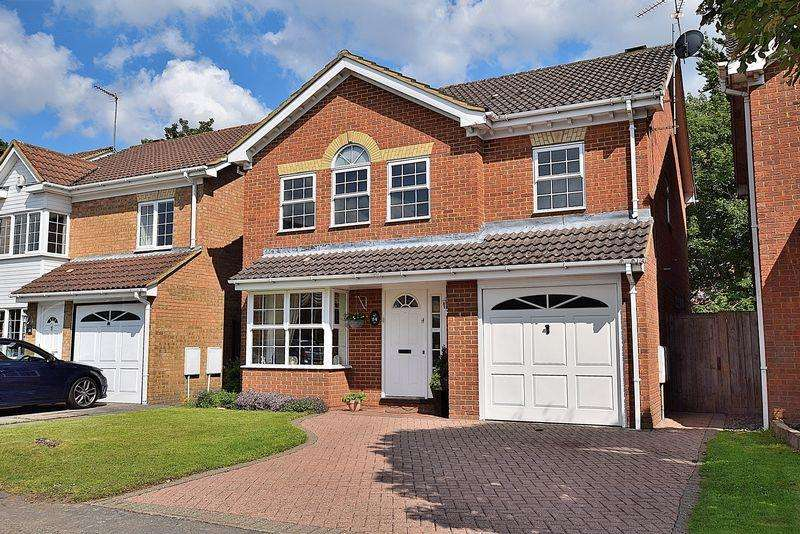 4 Bedrooms Detached House for sale in Superb FAMILY home within WALKING distance of the TOWN CENTRE!