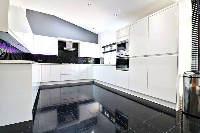 4 Bedrooms Property for sale in Somersby Gardens, Ilford, IG4