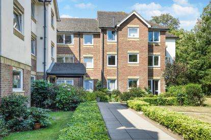 2 Bedrooms Flat for sale in Livingstone Court, Christchurch Lane, Hadley Wood, Barnet