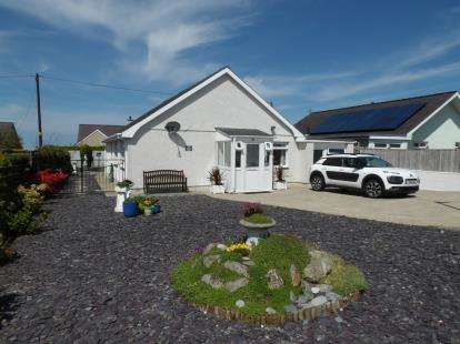 3 Bedrooms Bungalow for sale in Garth Estate, Pontllyfni, Caernarfon, Gwynedd, LL54
