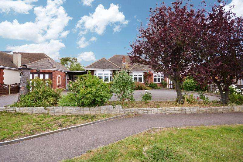 3 Bedrooms Detached Bungalow for sale in Lampits Hill, Corringham, Essex, SS17