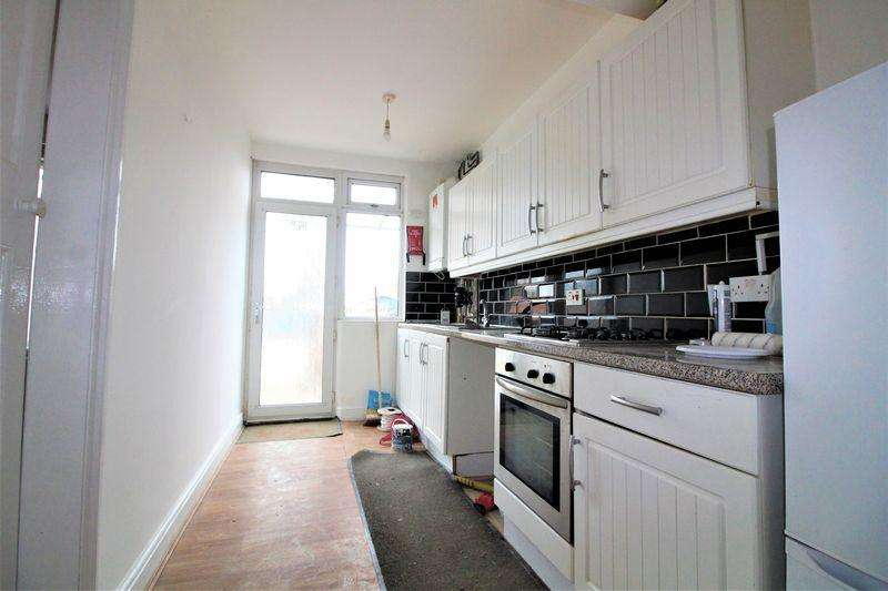 5 Bedrooms End Of Terrace House for sale in Large Five Bedroom House on Blundell Road, Luton