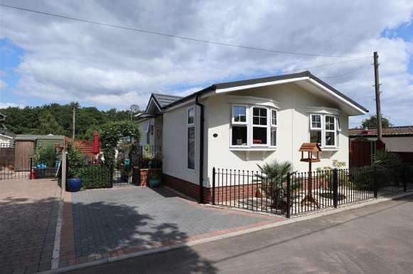 2 Bedrooms Property for sale in Ravenswing Park, Aldermaston, Reading