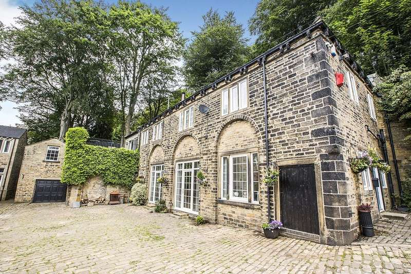 5 Bedrooms Detached House for sale in Trimmingham Lane, Halifax, West Yorkshire, HX2