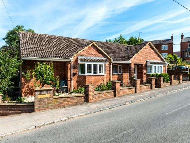 3 Bedrooms Detached Bungalow for sale in Hancombe Road, Little Sandhurst, Berkshire
