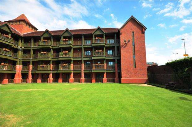 2 Bedrooms Retirement Property for sale in Bowling Green Court, Brook Street, Chester