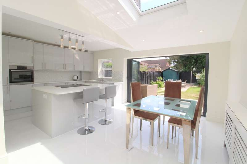 4 Bedrooms Semi Detached House for sale in Chesterfield Road, Ashford, TW15