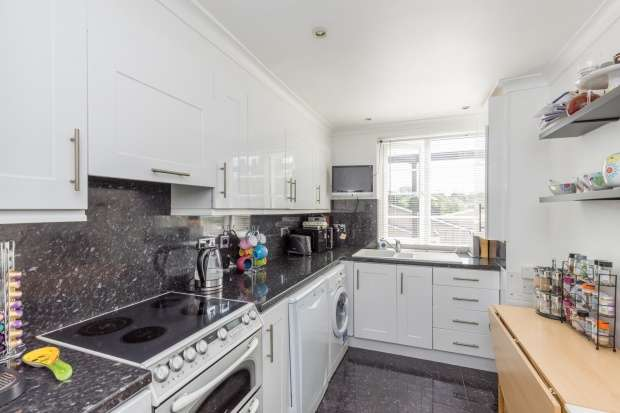 2 Bedrooms Flat for sale in Brooklyn Court, High Road, Loughton, Essex, IG10 1AQ