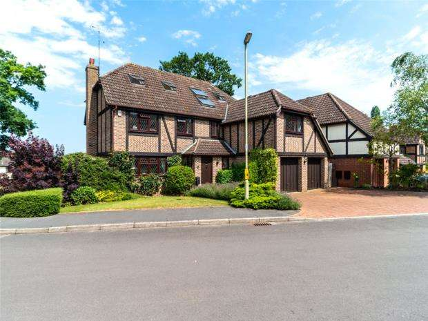 7 Bedrooms Detached House for sale in Catesby Gardens, Yateley, Hampshire