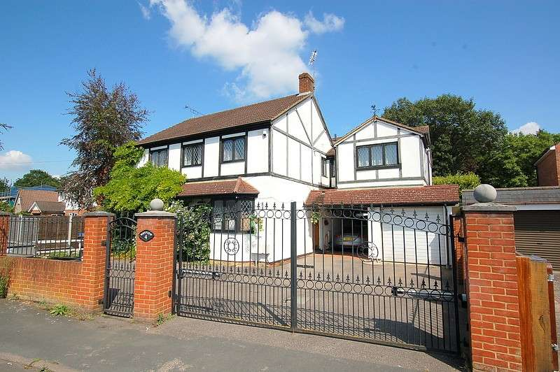4 Bedrooms Detached House for sale in Common Lane, New Haw, KT15