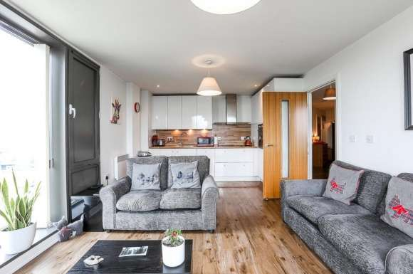 2 Bedrooms Property for sale in Honeybourne Way, Cheltenham