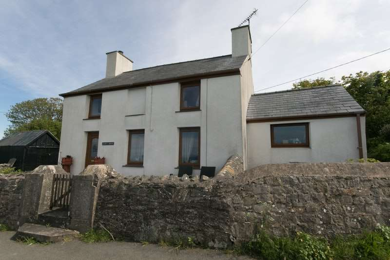 2 Bedrooms Detached House for sale in Y Delyn, Anglesey, Gwynedd, LL68