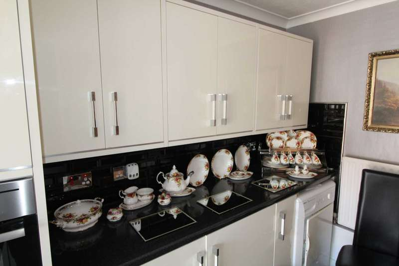3 Bedrooms Bungalow for sale in Renfrew Close,E6 5PG