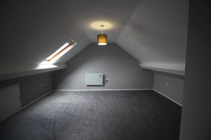 4 Bedrooms Semi Detached House for rent in Raynel Drive, Leeds