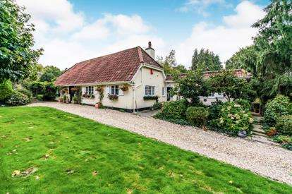 3 Bedrooms Bungalow for sale in Dibden, Southampton, Hampshire