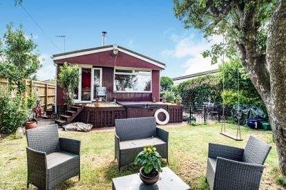 3 Bedrooms Mobile Home for sale in Whelpley Hill Park, Whelpley Hill, Chesham, Buckinghamshire