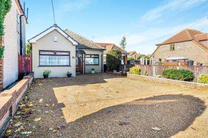 4 Bedrooms Bungalow for sale in Rainham, Havering, Greater London