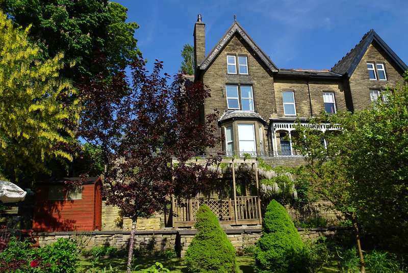 7 Bedrooms Semi Detached House for sale in Bromley Road, Bingley, BD16 4DA