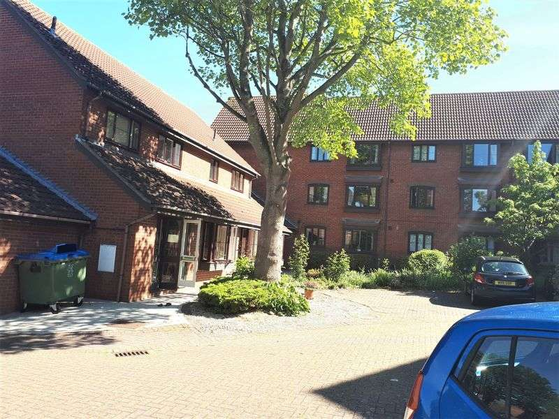 1 Bedroom Property for sale in Churchill Court, Aylesbury: ** WELL PRESENTED & IDEALLY SITUATED CLOSE TO TOWN CENTRE**