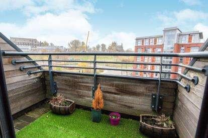 2 Bedrooms Flat for sale in Roberts Wharf, Neptune Street, Leeds, West Yorkshire