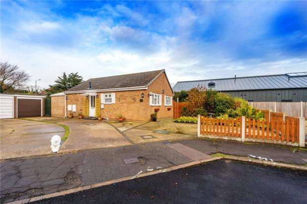2 Bedrooms Detached Bungalow for sale in Stonham Avenue, Clacton-on-Sea, Essex