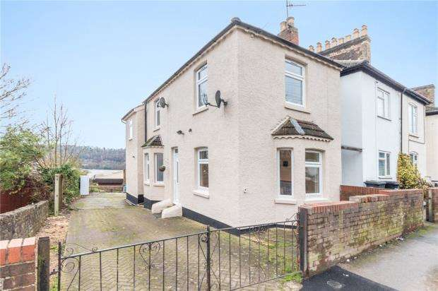 3 Bedrooms End Of Terrace House for sale in Totteridge Road, High Wycombe, Buckinghamshire