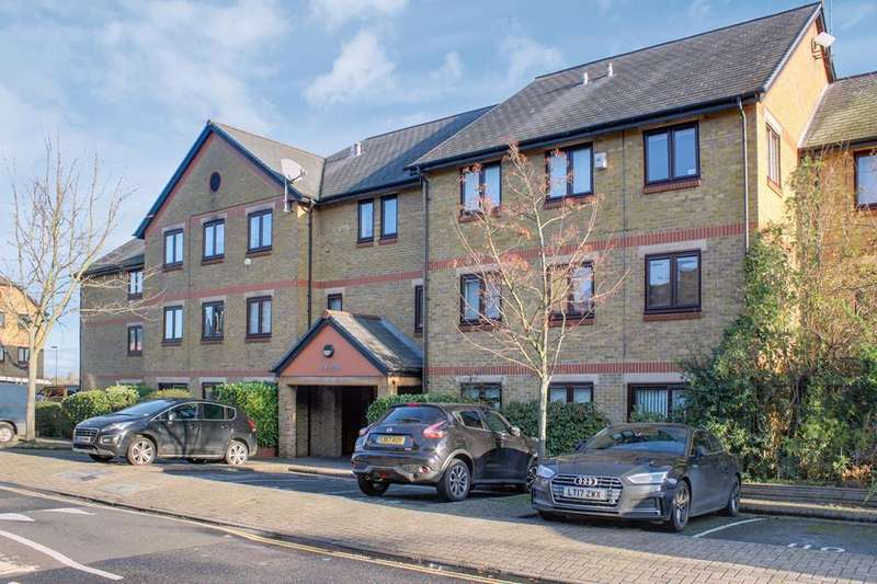 2 Bedrooms Flat for sale in Riverside Close, London, E5
