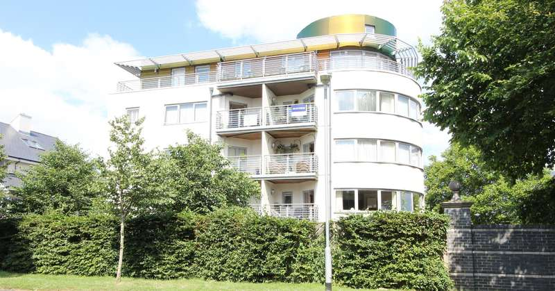 2 Bedrooms Flat for rent in Kew House, Moncrieff Gardens, Hythe, Kent, CT21 6FJ