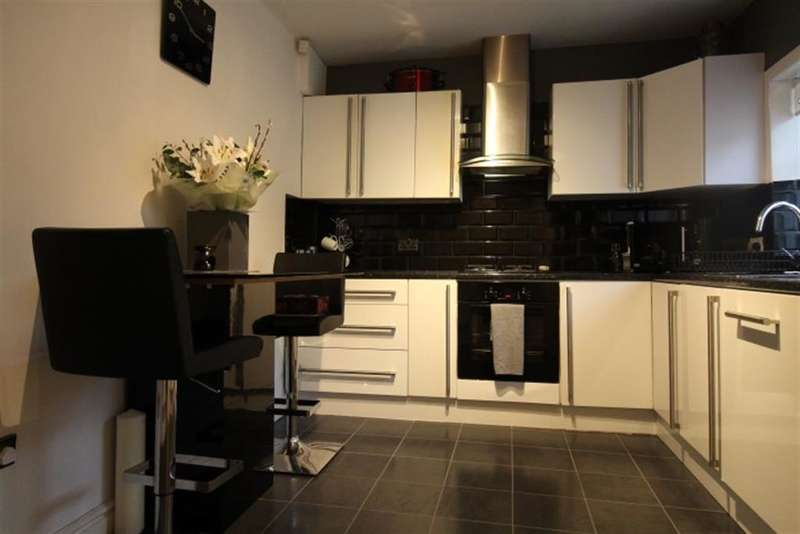 4 Bedrooms Maisonette Flat for rent in Owlcotes Gardens, Pudsey, LS28 7PB