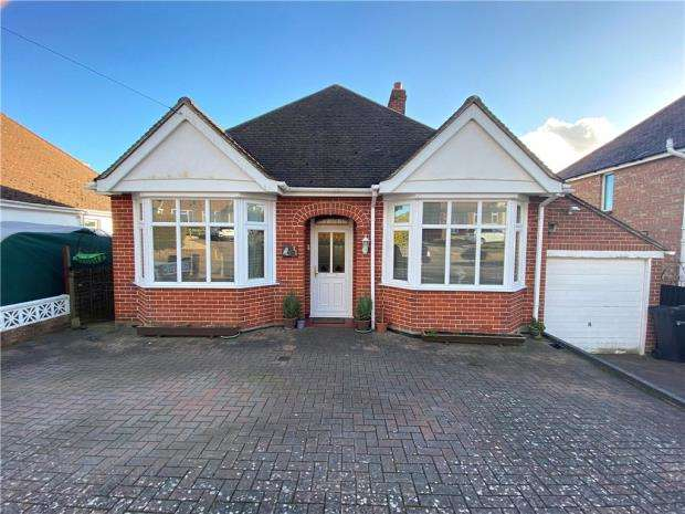 2 Bedrooms Detached Bungalow for sale in Woodfield Avenue, Portsmouth, Hampshire
