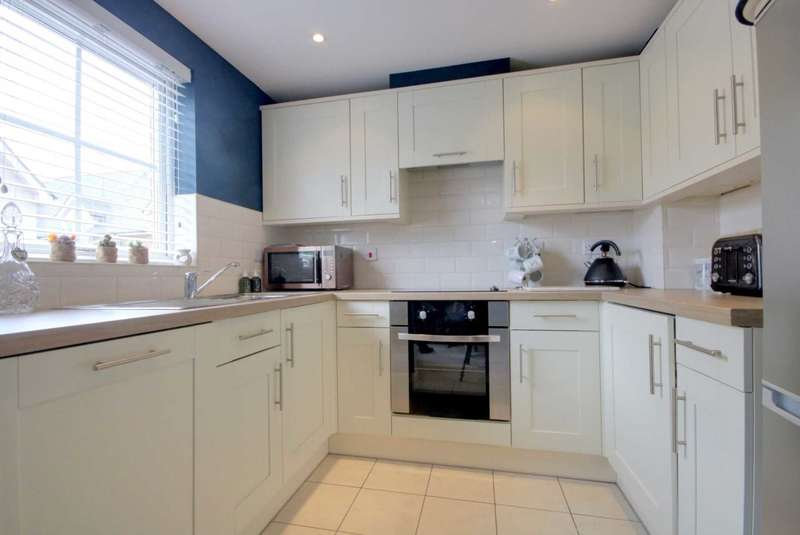 2 Bedrooms Apartment Flat for sale in CLOSE TO STATION and with PARKING.