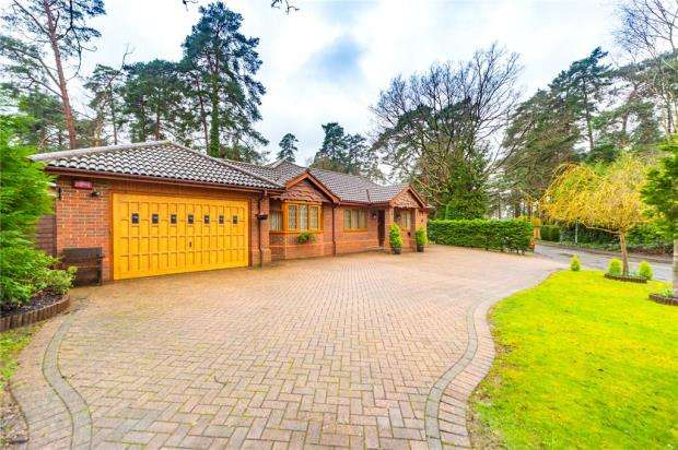 4 Bedrooms Detached Bungalow for sale in Heathermount Drive, Crowthorne, Berkshire