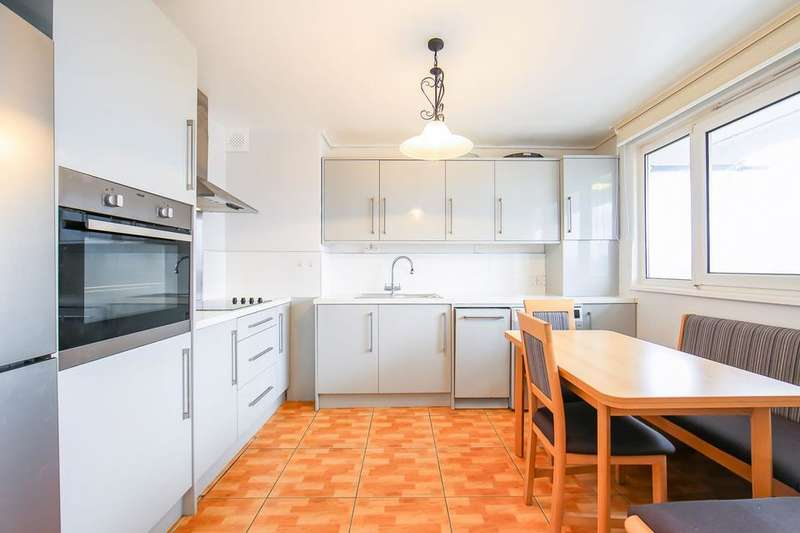3 Bedrooms Flat for sale in Selman House, Hedgers Grove, London E9