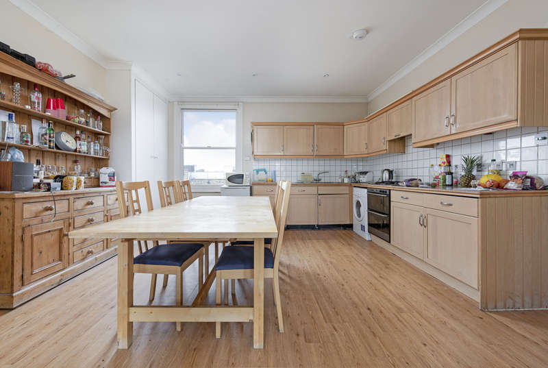 3 Bedrooms Flat for sale in Clapham Common North Side, London, SW4