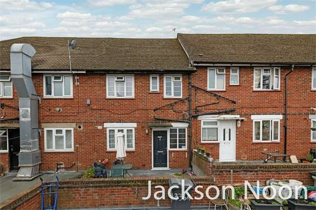3 Bedrooms Flat for sale in Hook Road, Chessington