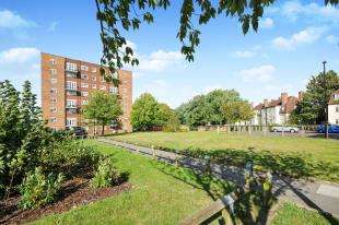2 Bedrooms Flat for sale in Bell Green Lane, Sydenham, London, .