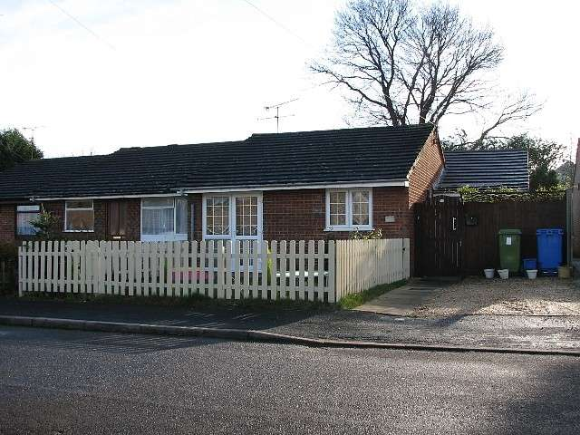3 Bedrooms Bungalow for sale in 3 bedroom Semi-Detached Bungalow in Farnborough