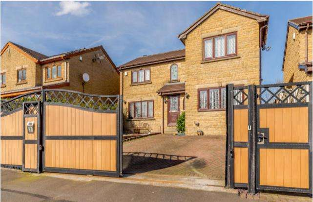 4 Bedrooms Detached House for sale in Manor Park Gardens, Gomersal, Cleckheaton