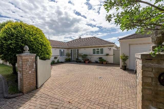 3 Bedrooms Detached Bungalow for sale in Martineau Close, Craigweil, Bognor Regis, West Sussex. PO21 4BT