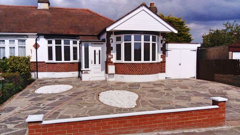 3 Bedrooms Property for sale in Upland Court Road, Romford