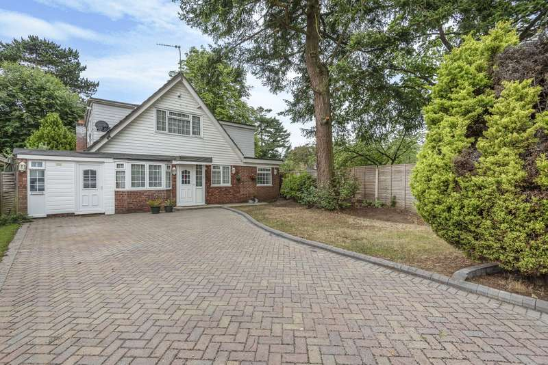 5 Bedrooms Detached House for sale in Junewood Close, Woodham, KT15