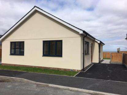 3 Bedrooms Bungalow for sale in Fron Deg, Rhostryfan, Caernarfon, LL54