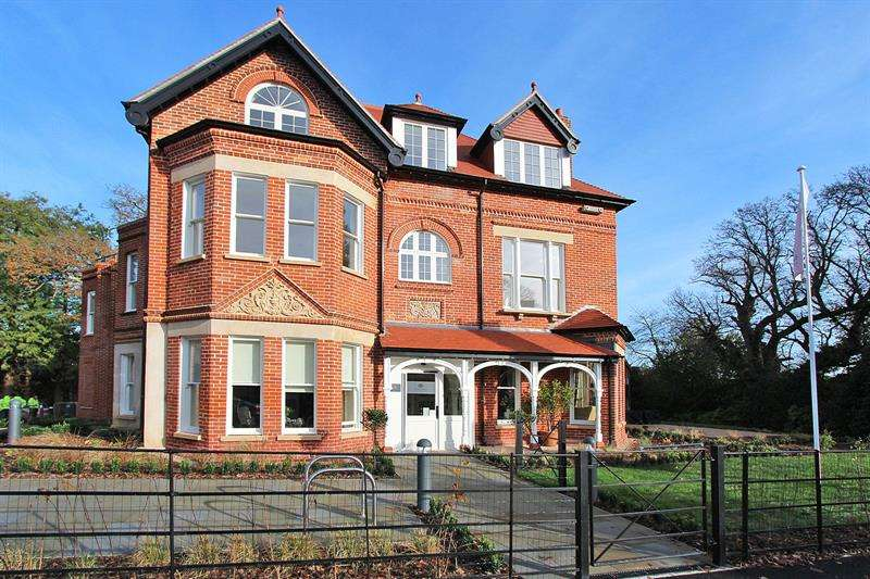 2 Bedrooms Apartment Flat for sale in Holmwood, The Rise, Brockenhurst, Hampshire, SO42