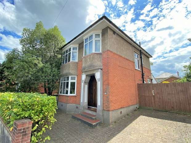 3 Bedrooms Detached House for sale in Hood Crescent, Wallisdown, BOURNEMOUTH, Dorset
