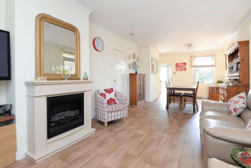 2 Bedrooms Detached Bungalow for sale in Kingsnorth Road, Ashford, TN23
