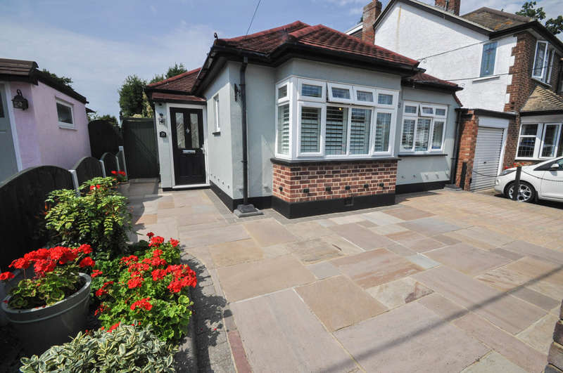 2 Bedrooms Detached Bungalow for sale in Heather Drive, Hadleigh